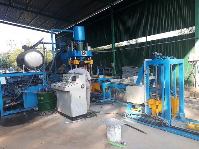 Vận hành máy sản xuất gạch bê tông